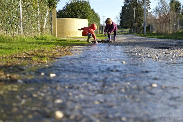 Fotografia di bambini che giocano in un ruscello