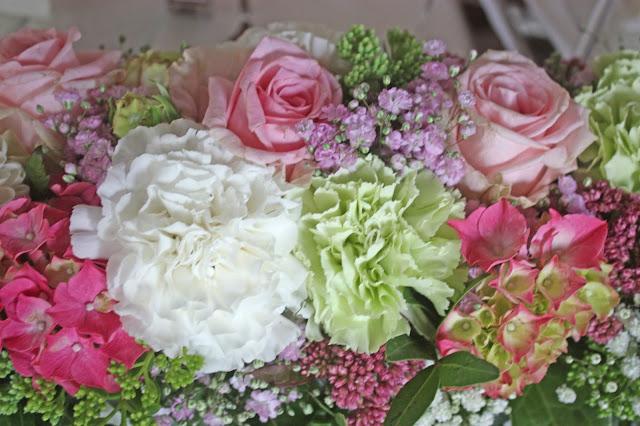 Blumenarrangement Tischblumen Internationale Hochzeit mit Gleitschirmflug des Bräutigams, Riessersee Hotel Garmisch-Partenkirchen, besondere Trauungen, Hochzeit in Bayern, #Riessersee #Garmisch #Gleitschirm #Hochzeit #Tandemflug #heirateninbayern