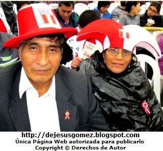 Foto de peruanos llevando gorros con los colores de la bandera del Perú. Foto de peruanos de Jesus Gómez