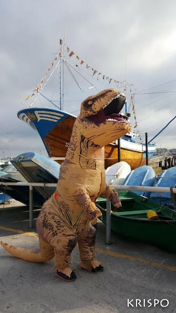 T-Rex cerca del barco de hondarribia