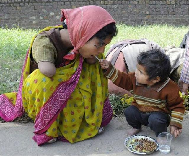 طفل ذو عامين يطعم أمه التي فقدت ذراعيها !