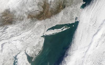 image montrant les chutes de neige sur l'Est des USA, avec une limite Nord très tranchée passant par l'État de New-York et du Massachusetts.