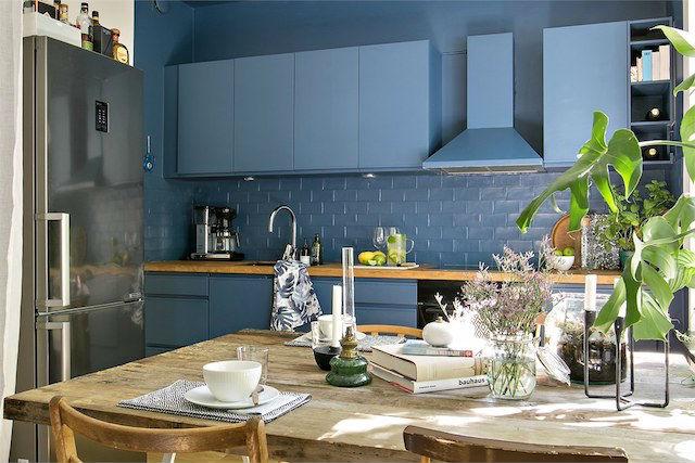 cocina con muebles, azulejos y paredes pintadas en azul mediterréneo
