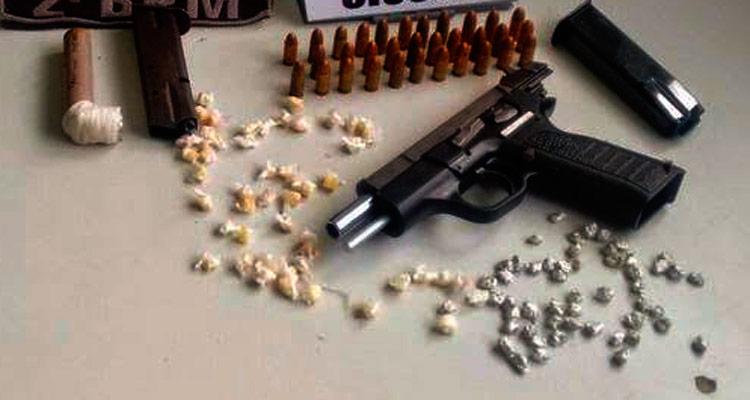 Foram apreendidas armas e drogas