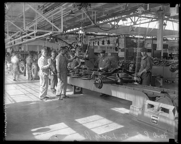 64 Historical Pictures you most likely haven't seen before. # 8 is a bit disturbing! - The first car factory in US, Ford Inc. 1926