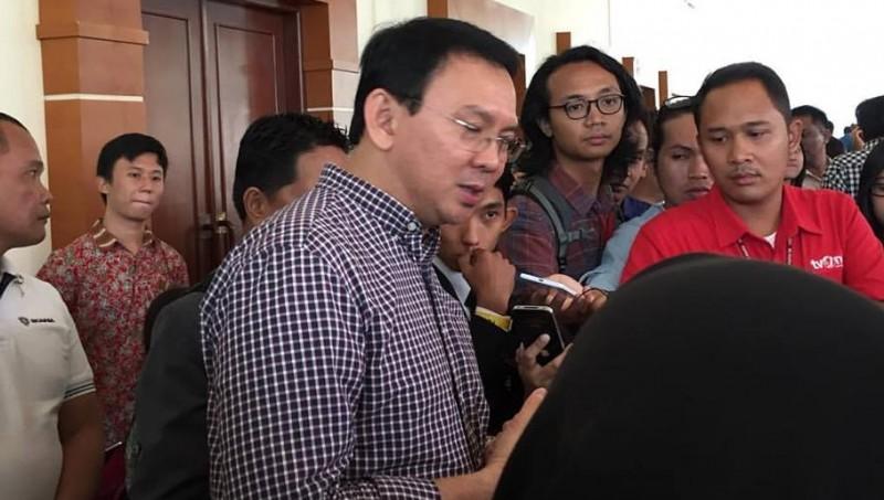 Ahok menjawab pertanyaan wartawan di Balai Kartini