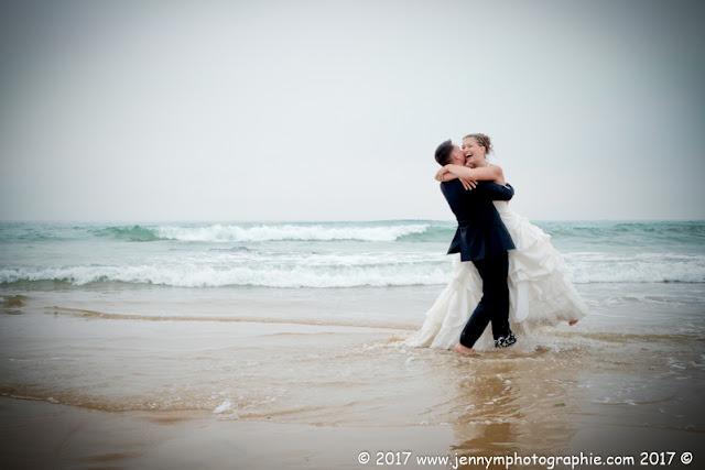 photo mariés dans la mer