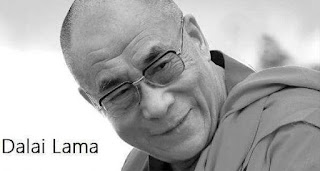 Foto em preto-e-branco. Foco no rosto do monge Dalai Lama com a cabeça inclinada à esquerda. O cabelo raspado salienta a forma arredondada da cabeça e o rosto ovalado. O monge observa à direita, o sorriso discreto acentua as rugas da testa e o canto externo dos olhos orientais sob óculos de grau com armação quadrangular. AS maças do rosto salientam-se e as linhas de expressão acompanham o contorno do rosto, o nariz é largo e os lábios finos estão fechados. No canto inferior esquerdo lê-se: Dalai Lama: Só existem dois dias no ano que nada pode ser feito. Um se chama ontem e o outro se chama amanhã, portanto hoje é o dia certo para amar, acreditar, fazer e principalmente viver.