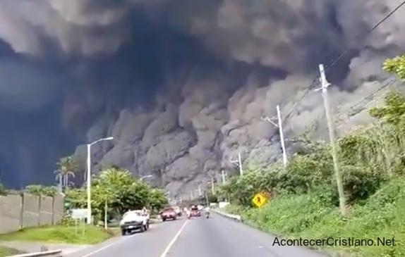 Momento preciso de erupción del Volcán de Fuego en Guatemala