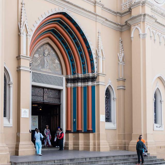 A Catedral de Curitiba - detalhe da porta principal
