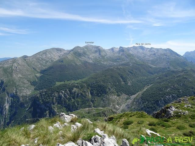 Ruta al Cueto Cerralosa y Jajao: Vista hacia el Macizo Oriental de Picos de Europa