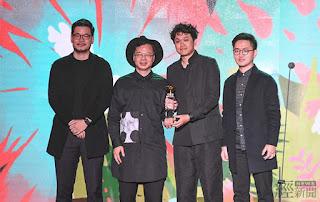 經濟部次長龔明鑫(左二)親自頒發「年度最佳設計獎」