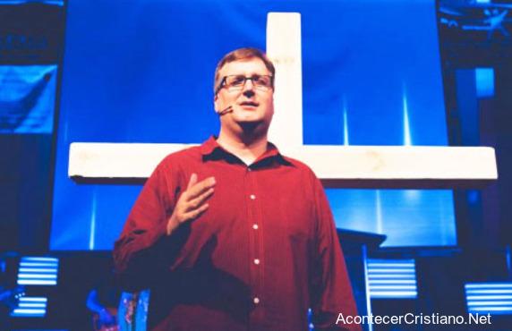 Pastor sordo predicando en iglesia