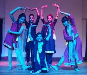 इंटर हाउस टैलेंट हंट प्रतियोगिता के दौरान डांस प्रस्तुत करते छात्र