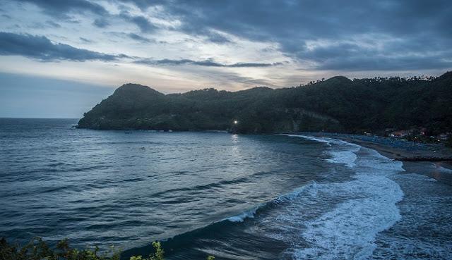 Pantai Watu Bale, Pantai Cantik Dengan Pemandangan Lautan Biru Yang Instagramable