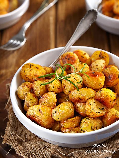 pieczone ziemniaki, ziemniaczki z piekarnika, maślane ziemniaki, ziemniaki pieczone na maśle, chrupiące ziemniaki, potrawy z ziemniaków, młode ziemniaki, ziemniaki na obiad, przekąska z ziemniakami, kraina miodem płynąca
