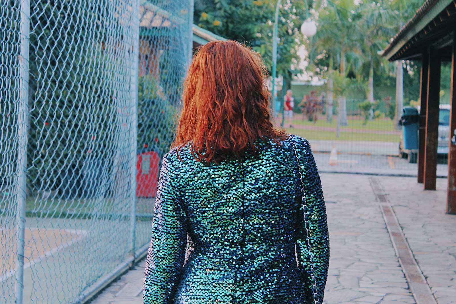 look brilho, look glitter, look paetê, macaquinho verde azul furtacor, macaquinho sereia, look hera venenosa, look da china, paetês verdes, look ruiva, ruiva de verde, cabelo ondulado ruivo