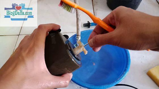 Bersihkan Filter Akuarium