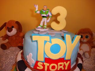Piso superior tarta Toy Story con nubes y cartel