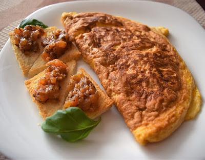 Omlet i grzanki z pomidorami