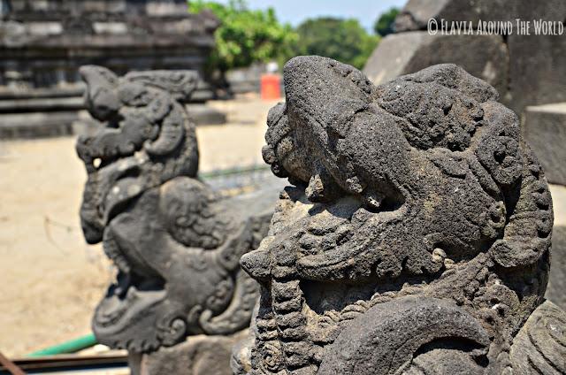 Esculturas a la entrada a uno de los templos