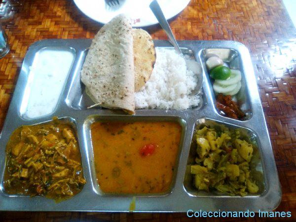 Thali indio comido en el restaurante de Ajanta