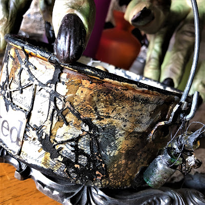 Sara Emily Barker sarascloset https://sarascloset1.blogspot.com/2018/10/a-tiny-witching-cauldron.html Altered Cauldron with Tim Holtz Sizzix Alterations, Distress and Ideaology 18