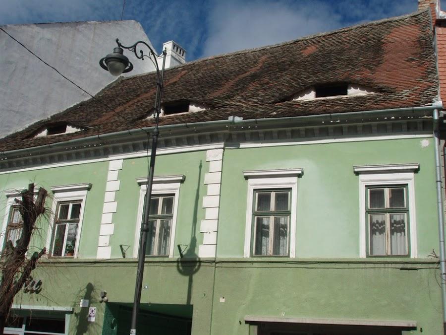 casas-con-ventanas-forma-ojo-sibiu-capital-transilvania-rumania-enlacima