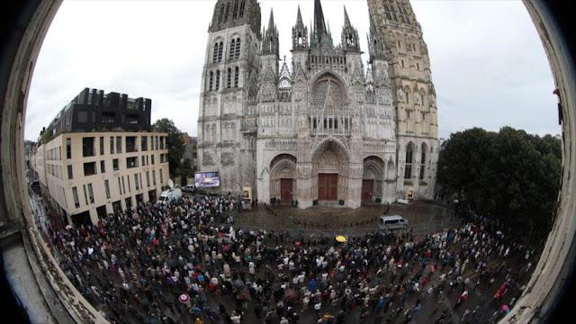 Franceses participan en funeral de cura asesinado por Daesh