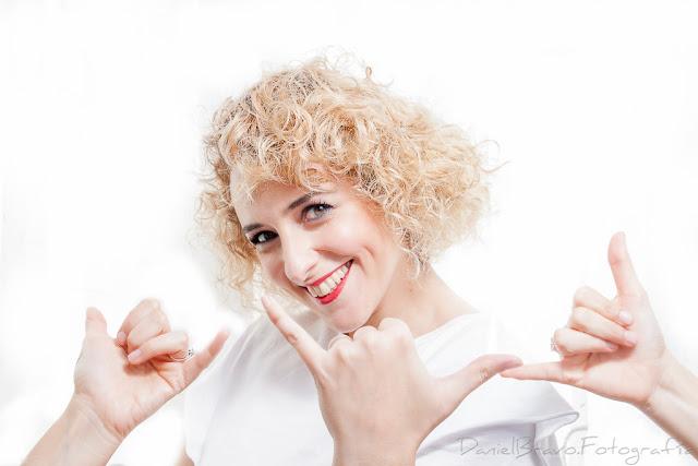 Imagen de una chica joven mirando a cámara con esquema de luces clamshell y fondo blanco y tres manos