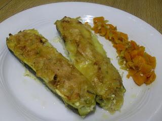 Receta de  calabacines rellenos de atún y cebolla con zanahoria caramelizada.