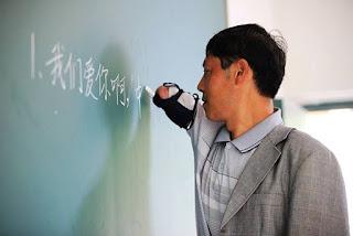 Kisah Inspiratif : Meskipun Tidak Mempunyai Tangan Guru SD ini Tetap Semangat Mengajar Murid-muridnya!