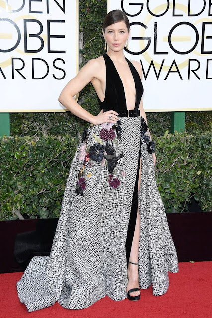 Jessica Biel Wear Sexy Deep V Dress At Golden Globes 2017 Red Carpet