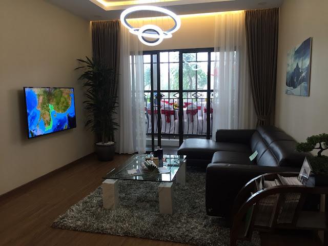 Phòng khách thiết kế hướng bán công view hồ Linh Đàm