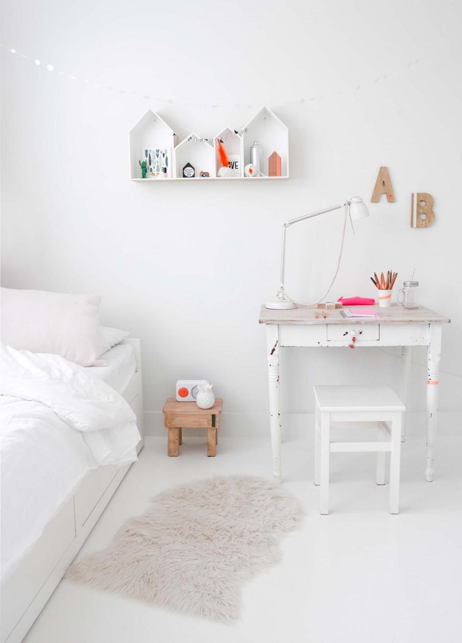 cama, dormitorio, infantil, blanco, estilo nordico, estanteria caseta, mesa tocinera, silla, dormitorio, habitación, interiorismo, alquimia deco,