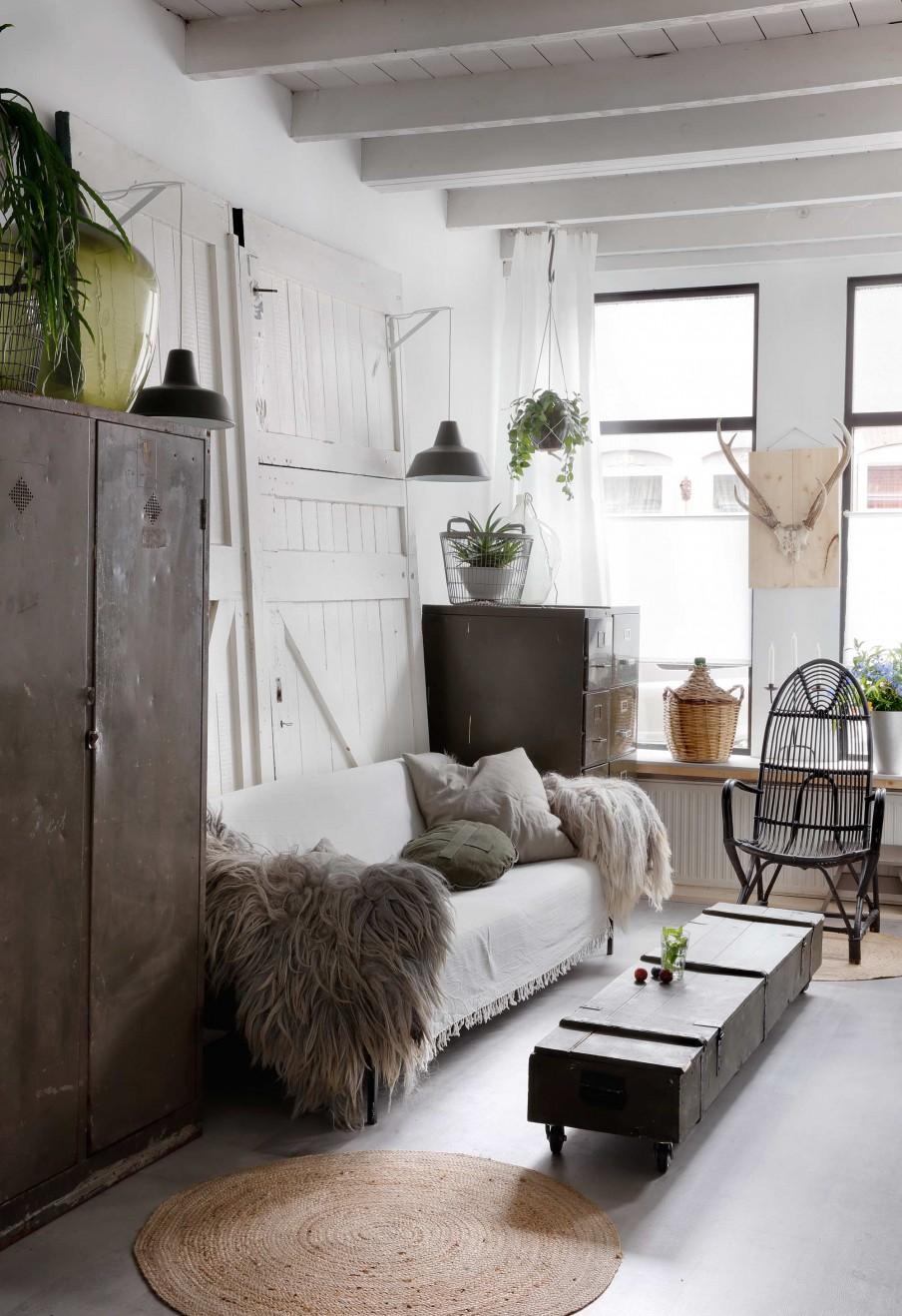 salon, estilo industrial, nordico, verde, militar, taquilla, cojin, funda cojin, cojines, manta, puerta decorativa, lampara