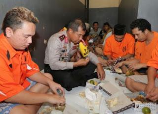 Kapolda Sulsel Irjen Pol Umar Septono makan bareng tahanan di Mapolda Sulsel beberapa waktu lalu.