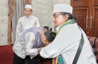 Ridho Ficardo Sambut Kedatangan KH. Achmad Muzaki Syah