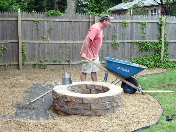 How to add pea gravel to a backyard fire pit area. Homeroad.net