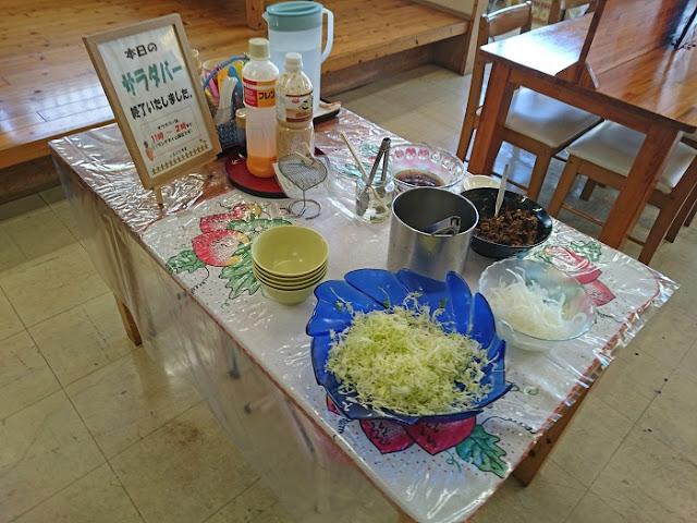 よなばる食堂のサラダバーの写真