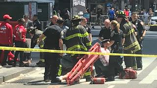 El conductor ingresó de contramano, se subió a la vereda y embistió a los peatones.