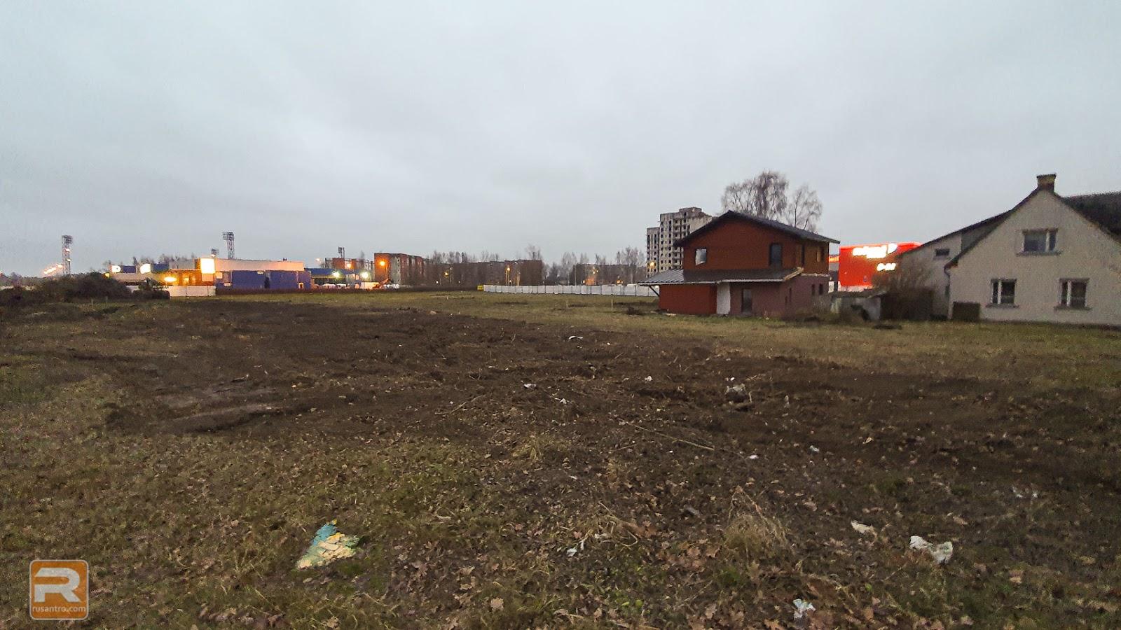 Būvlaukums ar divām pamestām ēkām