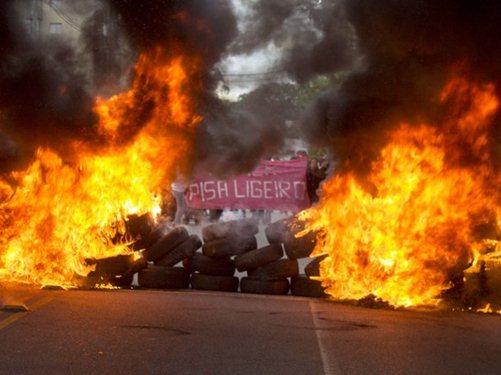 Movimentos fazem protestos contra impeachment de Dilma Rousseff
