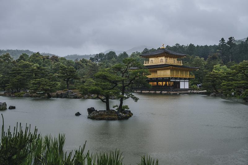 Pabellón Dorado, Kyoto, Japón, bajo la lluvia
