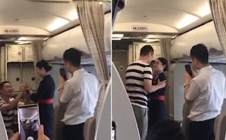 Η πρόταση γάμου στη διάρκεια πτήσης προκάλεσε την απόλυσή της