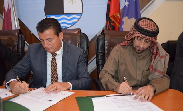 Agim Bahtiri and Halid Al-Jafi'i signin the contract