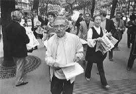 سارتر يوزع منشورات