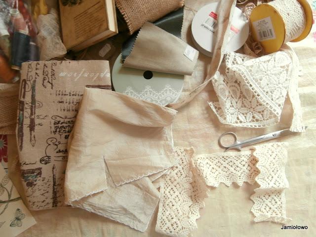 koronki i tkaniny wykorzystane w szyciu okładki na notes