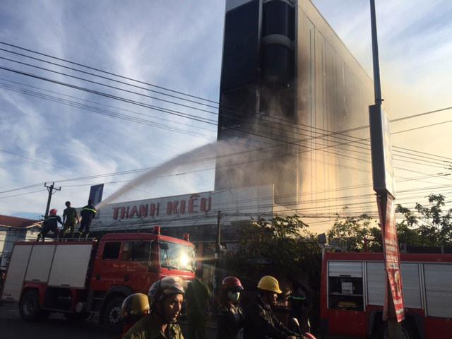 Gia Lai: Lửa bao trùm tòa nhà lớn nhất huyện Chư Sê