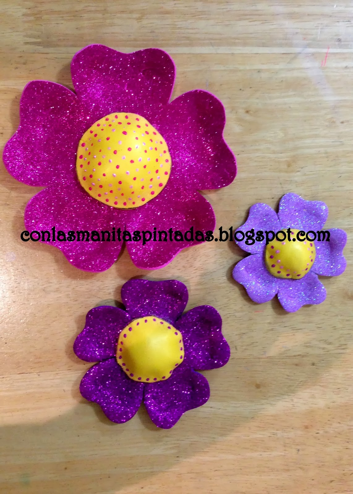 98c65f2bb09 Tenemos unas hermosas flores de foami listas para decorar cualquier lugar  de nuestra casa!